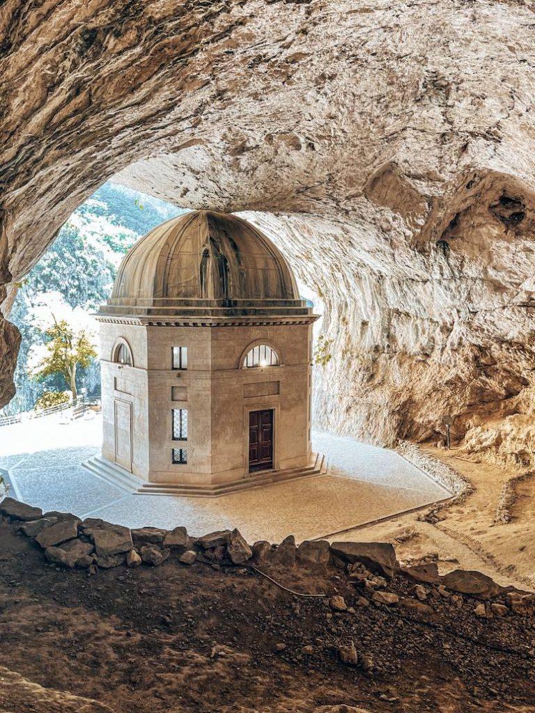 Interno della grotta Tempio di Valadier Genga